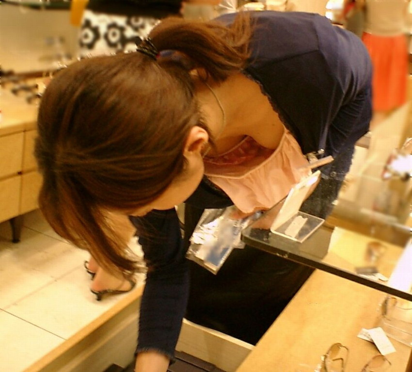 【街撮り胸チラエロ画像】偶然見つけた胸チラしている女の子撮ったったwww