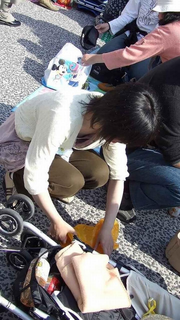 【街撮り胸チラエロ画像】偶然見つけた胸チラしている女の子撮ったったwww 08