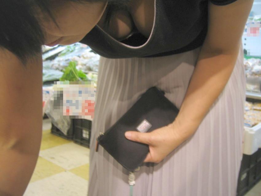 【街撮り胸チラエロ画像】偶然見つけた胸チラしている女の子撮ったったwww 09