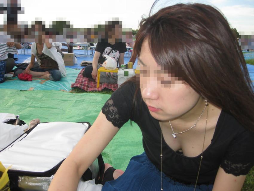 【街撮り胸チラエロ画像】偶然見つけた胸チラしている女の子撮ったったwww 10