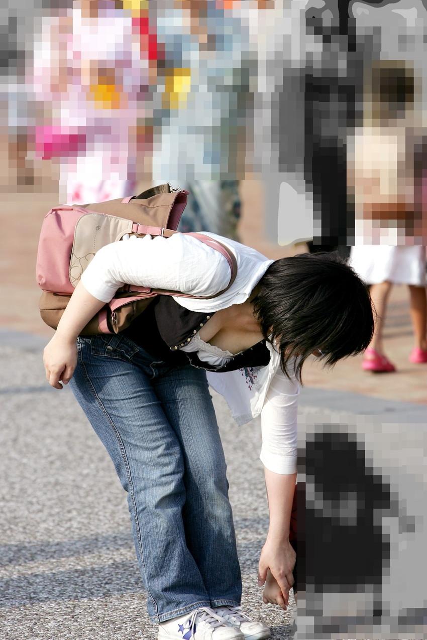 【街撮り胸チラエロ画像】偶然見つけた胸チラしている女の子撮ったったwww 11
