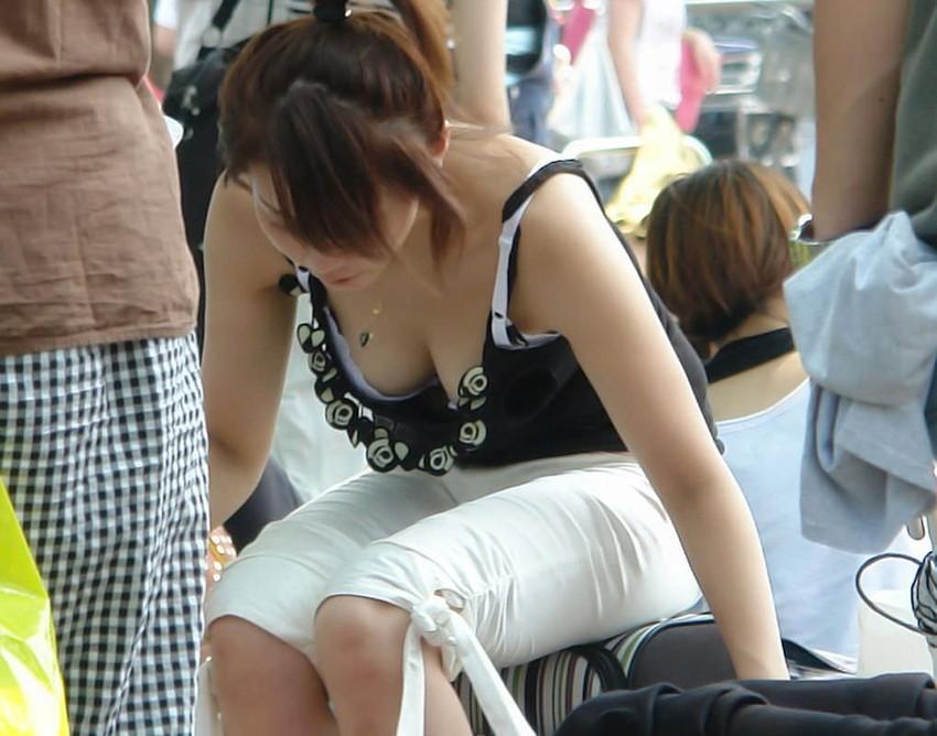 【街撮り胸チラエロ画像】偶然見つけた胸チラしている女の子撮ったったwww 12