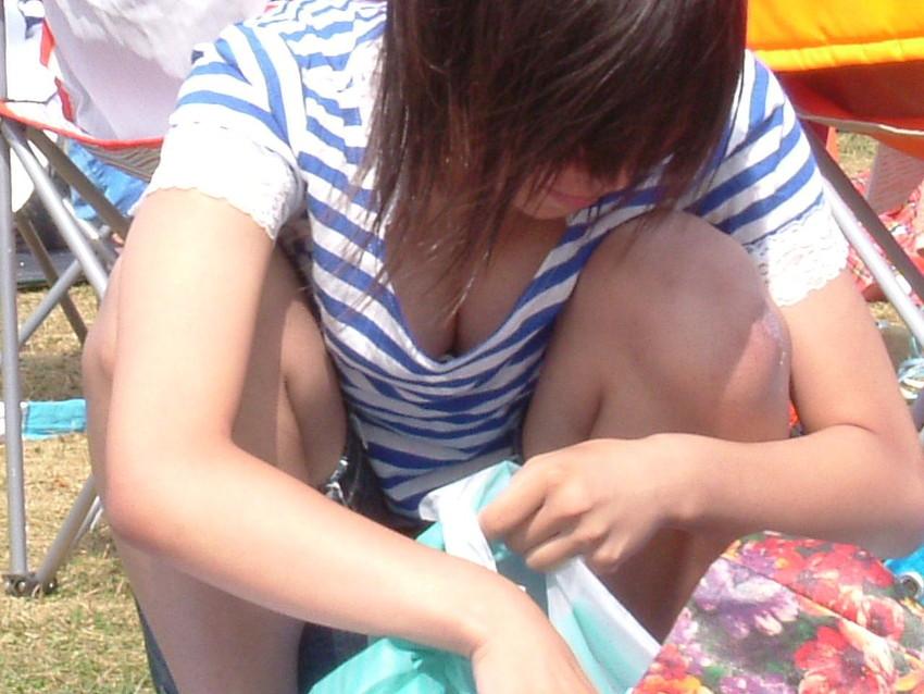 【街撮り胸チラエロ画像】偶然見つけた胸チラしている女の子撮ったったwww 14