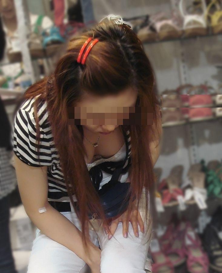 【街撮り胸チラエロ画像】偶然見つけた胸チラしている女の子撮ったったwww 16
