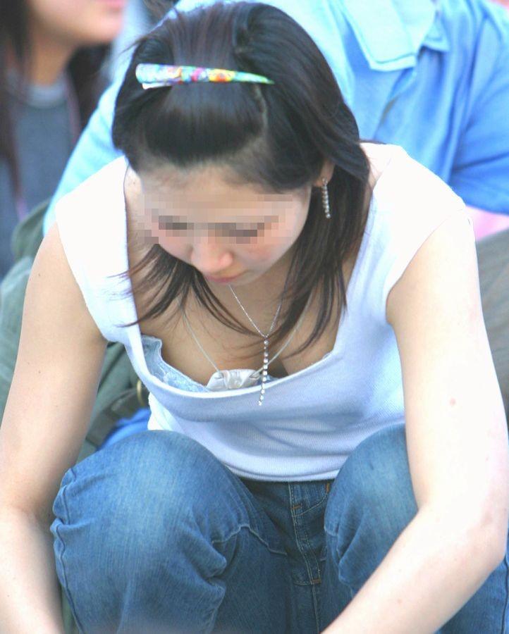 【街撮り胸チラエロ画像】偶然見つけた胸チラしている女の子撮ったったwww 17