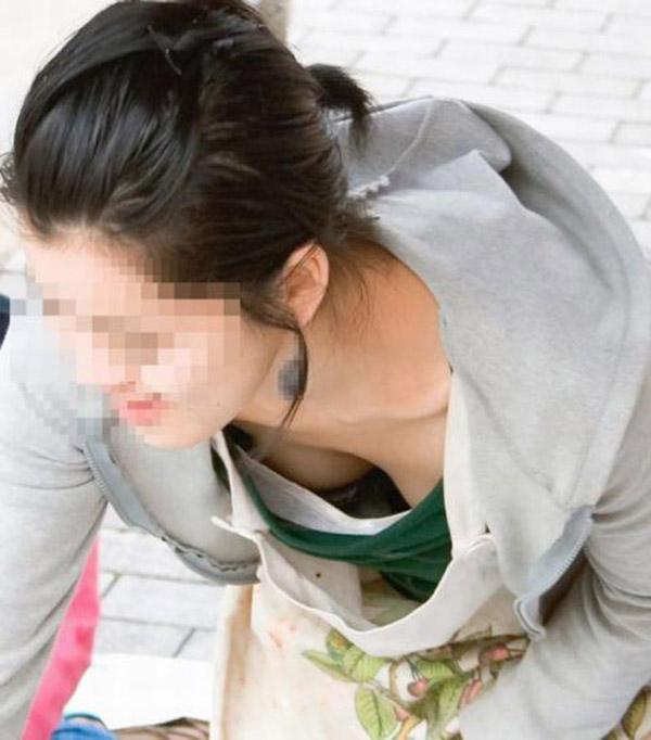 【街撮り胸チラエロ画像】偶然見つけた胸チラしている女の子撮ったったwww 18