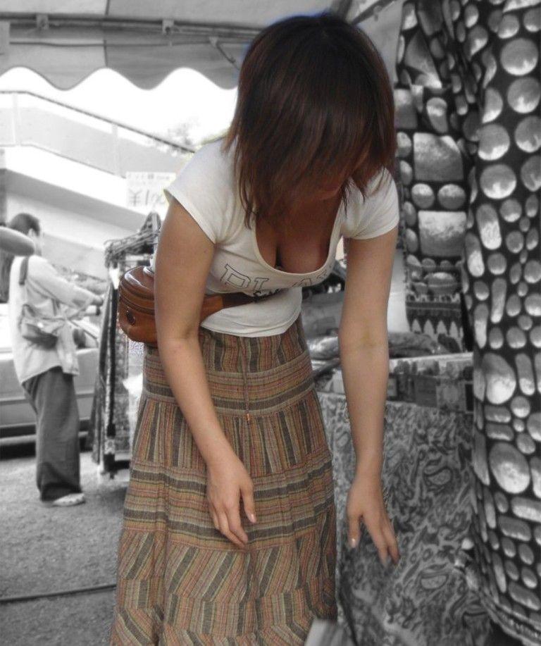 【街撮り胸チラエロ画像】偶然見つけた胸チラしている女の子撮ったったwww 19