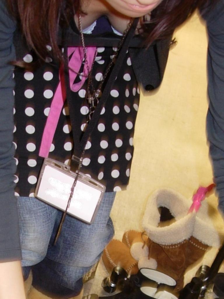 【街撮り胸チラエロ画像】偶然見つけた胸チラしている女の子撮ったったwww 21
