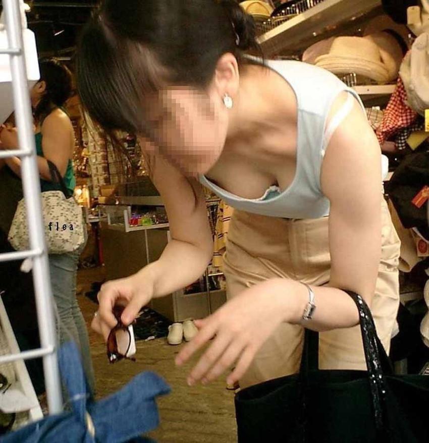 【街撮り胸チラエロ画像】偶然見つけた胸チラしている女の子撮ったったwww 23