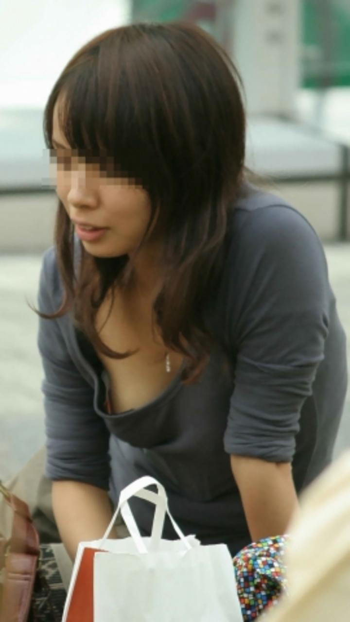 【街撮り胸チラエロ画像】偶然見つけた胸チラしている女の子撮ったったwww 24