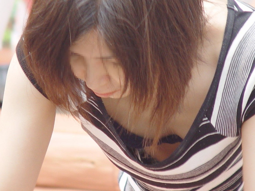 【街撮り胸チラエロ画像】偶然見つけた胸チラしている女の子撮ったったwww 25