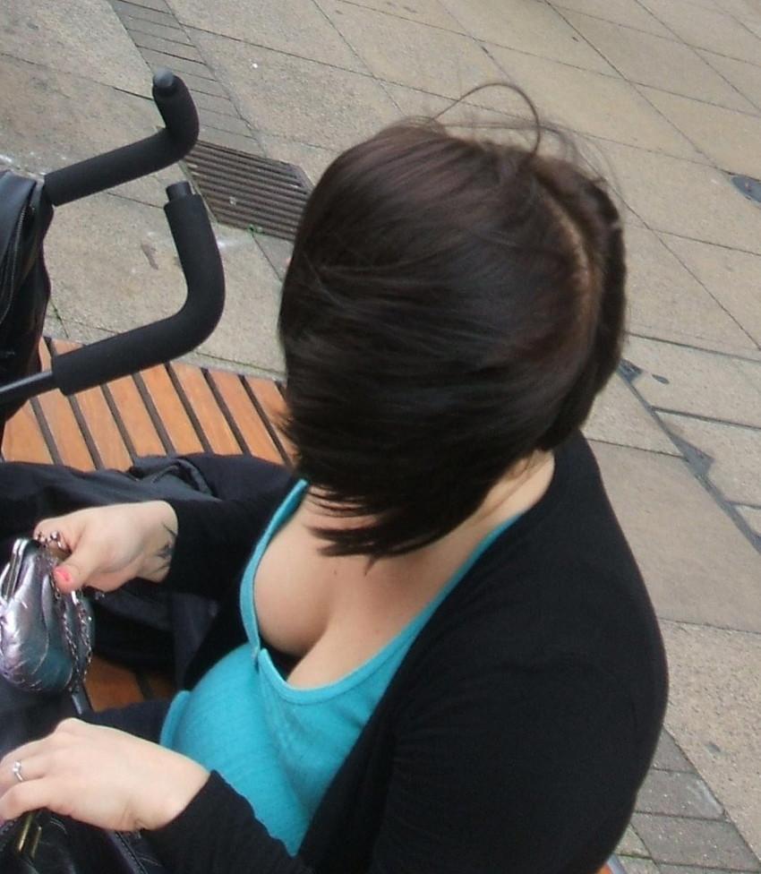 【街撮り胸チラエロ画像】偶然見つけた胸チラしている女の子撮ったったwww 26
