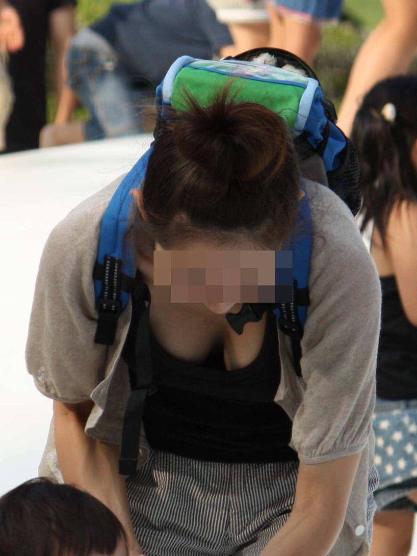 【街撮り胸チラエロ画像】偶然見つけた胸チラしている女の子撮ったったwww 27