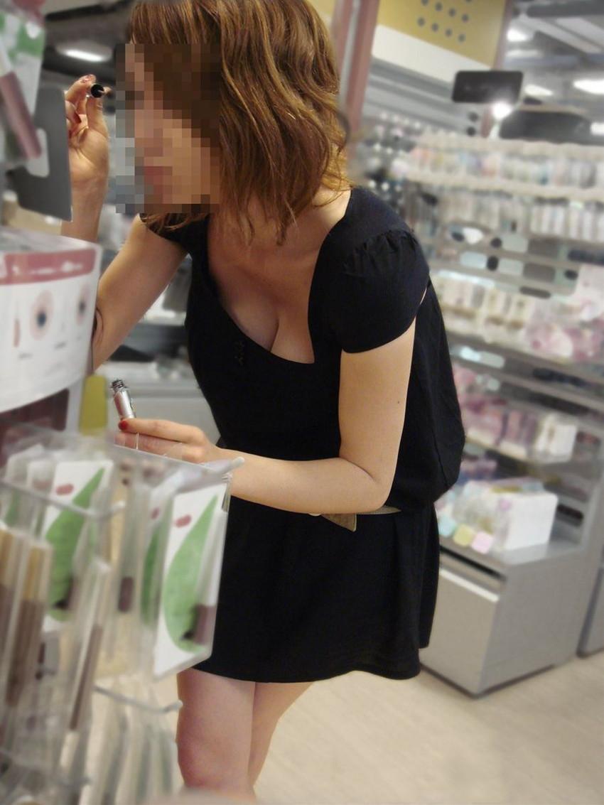 【街撮り胸チラエロ画像】偶然見つけた胸チラしている女の子撮ったったwww 30