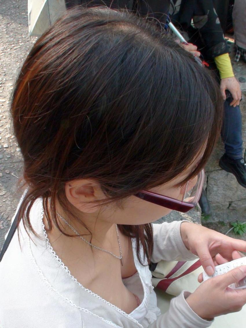 【街撮り胸チラエロ画像】偶然見つけた胸チラしている女の子撮ったったwww 32