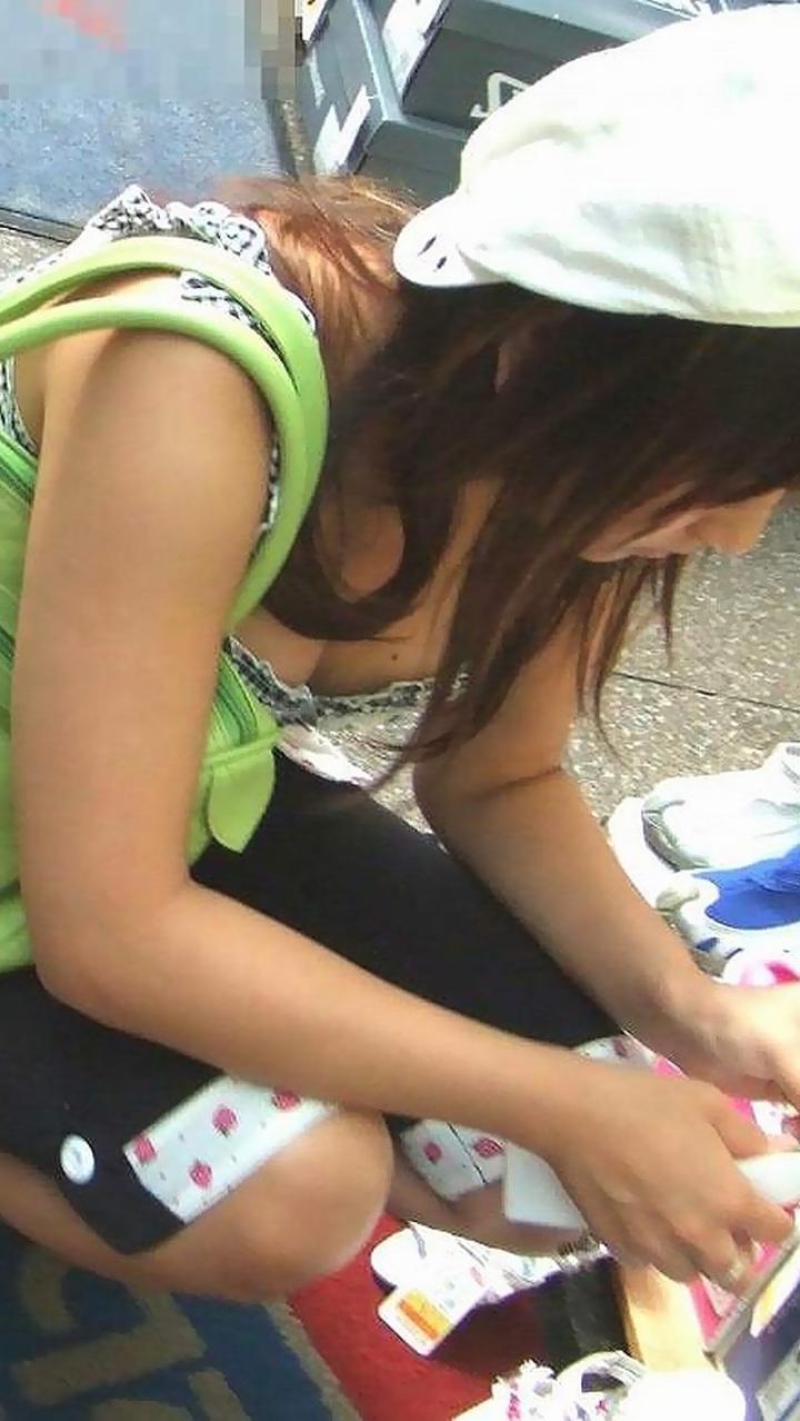 【街撮り胸チラエロ画像】偶然見つけた胸チラしている女の子撮ったったwww 36