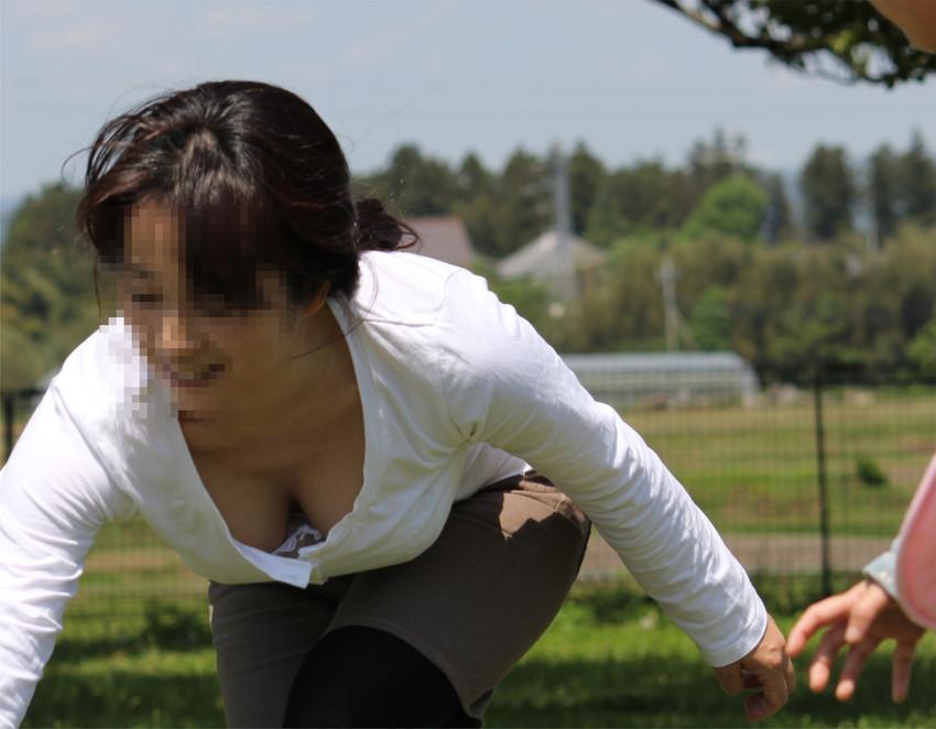 【街撮り胸チラエロ画像】偶然見つけた胸チラしている女の子撮ったったwww 44
