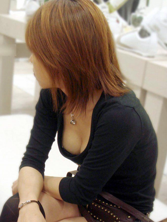 【街撮り胸チラエロ画像】偶然見つけた胸チラしている女の子撮ったったwww 45