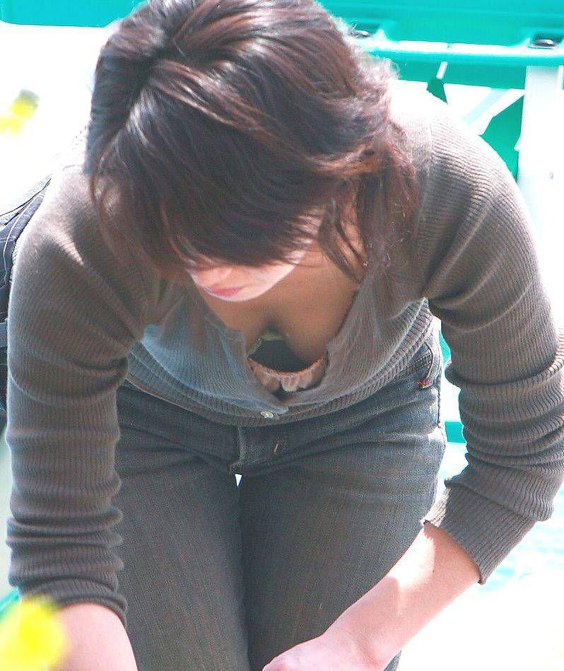 【街撮り胸チラエロ画像】偶然見つけた胸チラしている女の子撮ったったwww 46