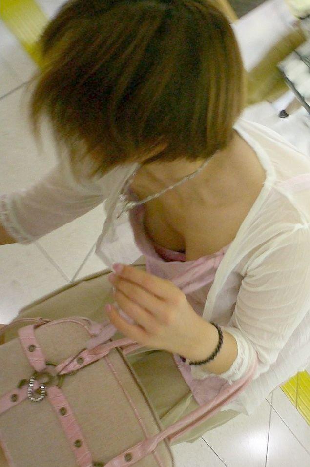 【街撮り胸チラエロ画像】偶然見つけた胸チラしている女の子撮ったったwww 49