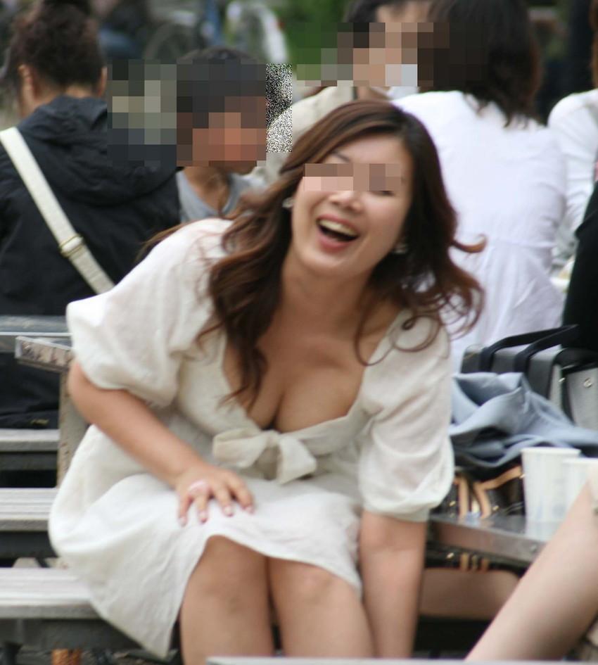 【街撮り胸チラエロ画像】偶然見つけた胸チラしている女の子撮ったったwww 50