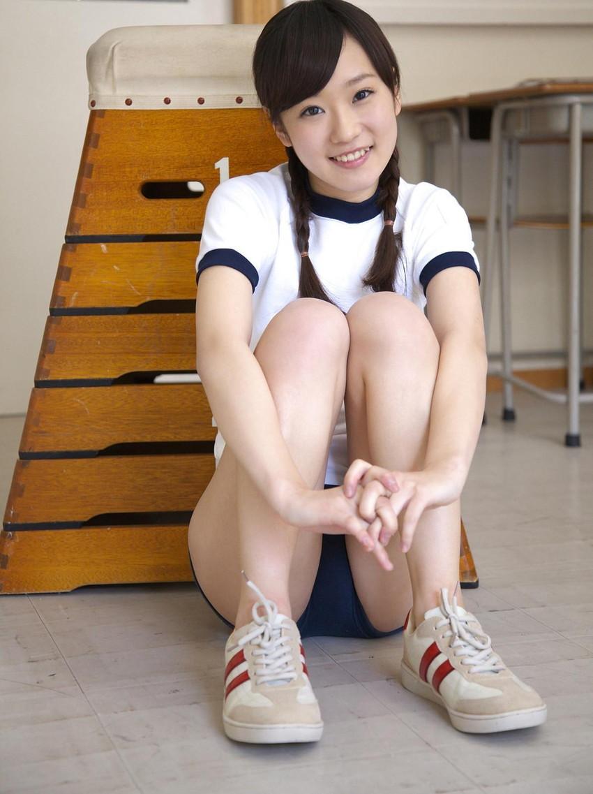 【ブルマコスプレエロ画像】古きよき時代を思い出す、体操服+ブルマの女の子! 11