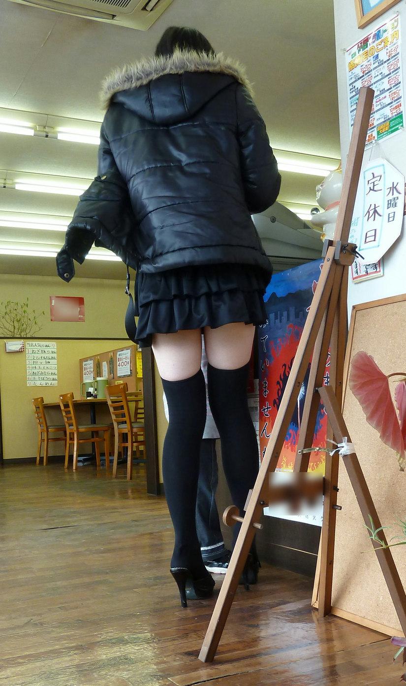 【絶対領域エロ画像】ミニスカートとニーソックスの間の生足!絶対領域エロ画像! 09