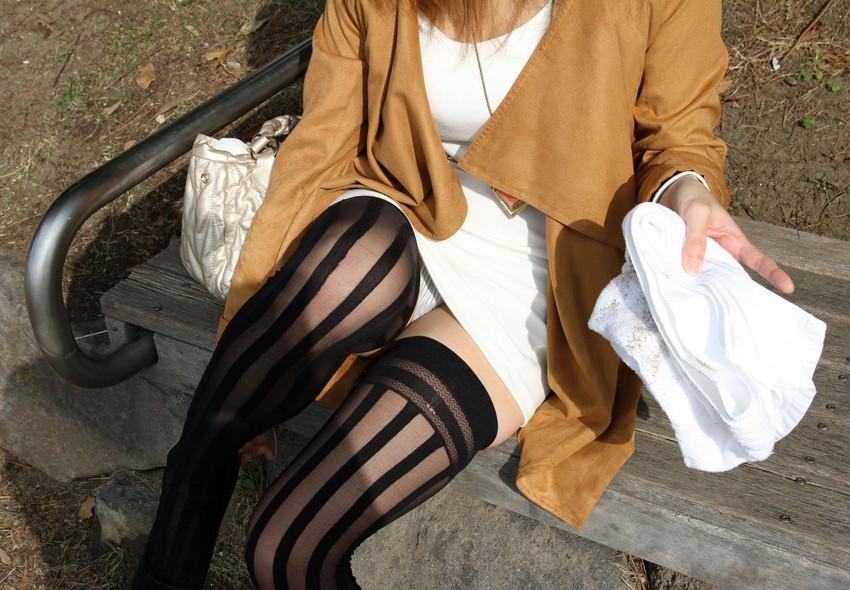 【絶対領域エロ画像】ミニスカートとニーソックスの間の生足!絶対領域エロ画像! 14
