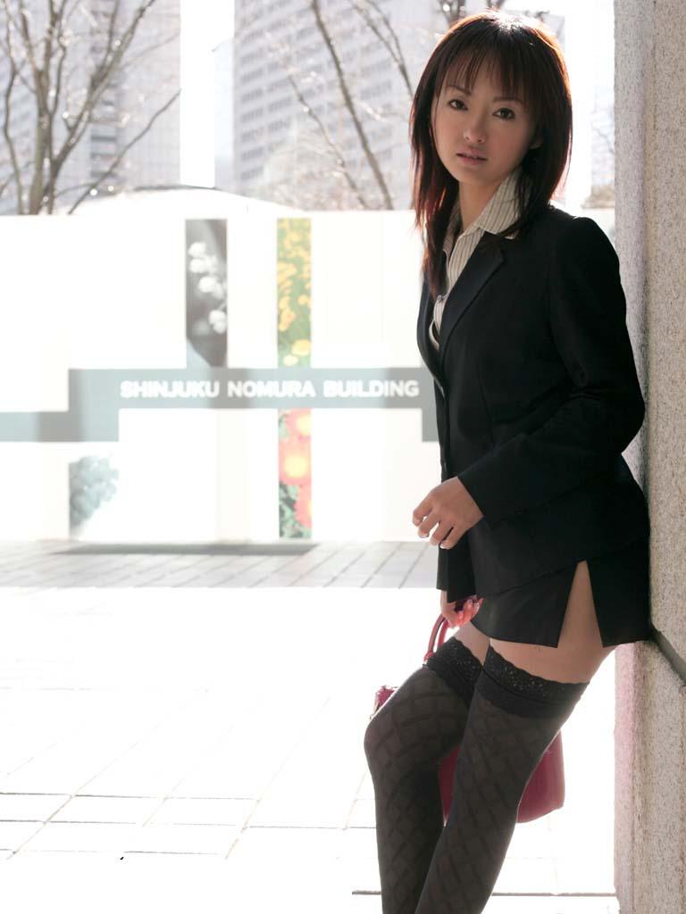 【絶対領域エロ画像】ミニスカートとニーソックスの間の生足!絶対領域エロ画像! 15
