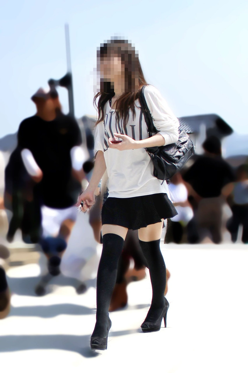 【絶対領域エロ画像】ミニスカートとニーソックスの間の生足!絶対領域エロ画像! 34