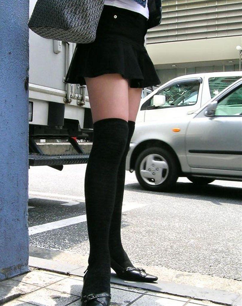 【絶対領域エロ画像】ミニスカートとニーソックスの間の生足!絶対領域エロ画像! 39