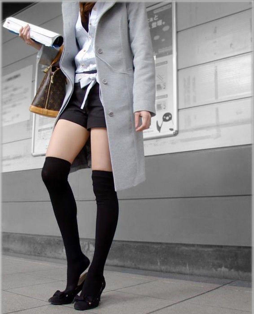 【絶対領域エロ画像】ミニスカートとニーソックスの間の生足!絶対領域エロ画像! 52