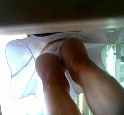 【パンチラ逆さ撮りエロ画像】女の子の直下からスカートの中身を盗撮したったww 36